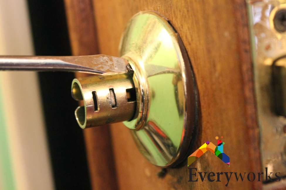 door-knob-repair-change-door-knob-everyworks-handyman-singapore