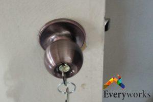 misaligned-lock-dangers-about-diy-knob-installation-door-knob-installation-everyworks-handyman-singapore